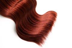Волнистые красные волосы на изолированной белой предпосылке стоковое фото