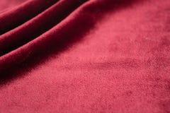 Волнистый материал, красная предпосылка бархата на праздник r стоковые фотографии rf