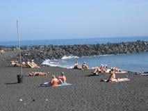 Волнорез с кубами утеса на пляже Стоковое фото RF
