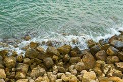 волны берега моря каменистые стоковые изображения rf