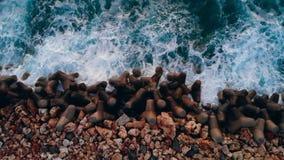 Волны брызгая на утесах на побережье акции видеоматериалы