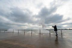 Волны вахты и фотоснимка женщины и получают влажными на Чёрном море Стоковое фото RF