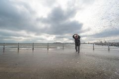 Волны вахты и фотоснимка женщины и получают влажными на Чёрном море Стоковое Изображение
