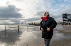 Волны вахты и фотоснимка женщины и получают влажными на Чёрном море Стоковые Фото