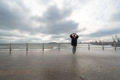 Волны вахты и фотоснимка женщины и получают влажными на Чёрном море Стоковая Фотография