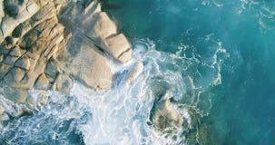 Волны вида с воздуха ломают на пляже острова на заходе солнца Волны моря на красивом трутне 4k Anse Лацие Bea вида с воздуха остр видеоматериал
