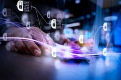 Волны голубых света и бизнесмена используя на smartphone как conce Стоковые Фото