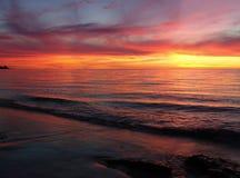 волны захода солнца стоковое фото