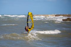 Волны и ветер моря занимаясь серфингом в лете в ветреном дне Стоковые Изображения