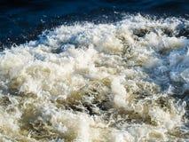 Волны и пена от проходя корабля Стоковые Фотографии RF