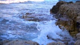 Волны и утесы приближают к взморью видеоматериал