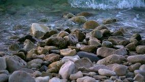 Волны и утесы приближают к взморью акции видеоматериалы