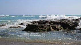 Волны и утесы Средиземного моря акции видеоматериалы