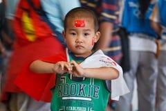 волны китайских флагов мальчика олимпийские Стоковые Изображения RF