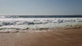 Волны ломая на песке сток-видео