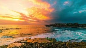 Волны моря захода солнца Timelapse ломают на утесах в острове Nusa Lembongan, Бали, Индонезии видеоматериал