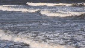 Волны моря идут к берегу сток-видео