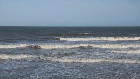 Волны моря идут к берегу акции видеоматериалы
