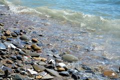 Волны моря и камни предпосылка, в Piombino, Ливорно, ландшафт Стоковое фото RF