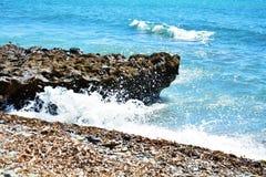 Волны моря и утесы предпосылка, в Piombino, Ливорно, ландшафт Стоковая Фотография