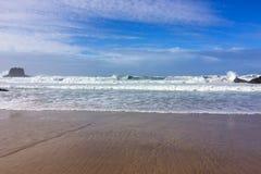 Волны моря и утесы, прибой моря стоковые фотографии rf