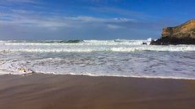 Волны моря и утесы, прибой моря стоковое изображение