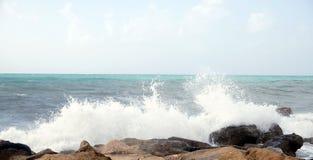 Волны моря ломают о прибрежных камнях во время шторма Стоковое Изображение RF