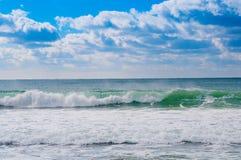 Волны моря приходя на береговую линию Стоковые Фото