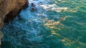 Волны моря разбивают видеоматериал