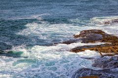 Волны моря разбивая против утесов Стоковое Фото