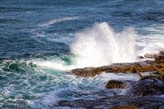 Волны моря разбивая против утесов Стоковые Фото