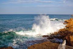 Волны моря разбивая против утесов Стоковая Фотография RF
