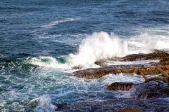 Волны моря разбивая против утесов Стоковая Фотография
