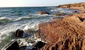 Волны моря разбивая против утесов Стоковое фото RF