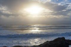 Волны моют на берег на заливе штурмана в Tofino, ДО РОЖДЕСТВА ХРИСТОВА стоковое изображение rf