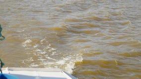 Волны на воде от шлюпки видеоматериал