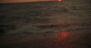 Волны на заходе солнца в замедлении, лоток вниз от неба к воде на 25 fps акции видеоматериалы