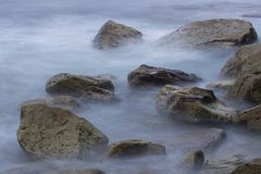 Волны на камнях стоковая фотография rf