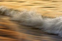 Волны на океане захватили с медленной выдержкой затвора Стоковое Изображение