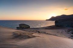 Волны на пляже и в пустыне стоковые изображения