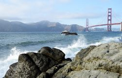 Волны на пляже мостом золотых ворот стоковые фотографии rf