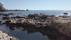 Волны на побережье утесов Средиземного моря в Родосе акции видеоматериалы