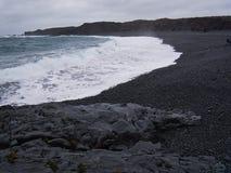 Волны на черном песчаном пляже Djupalonssandur стоковые изображения