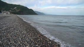 Волны на Kvariati приставают к берегу, Adjara, Georgia сток-видео