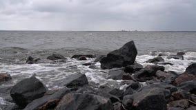 Волны побили против утесов на создании берега моря брызгают акции видеоматериалы