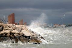 волны погруженные в воду пристанью Стоковые Фото