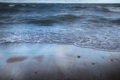 Волны пропуская назад в озере стоковое изображение rf