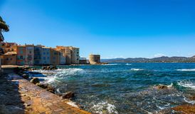 Волны разбивая вдоль пути бечевника в St Tropez Франции стоковые фотографии rf