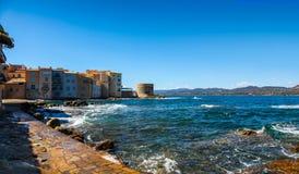 Волны разбивая вдоль пути бечевника в St Tropez Франции стоковое фото rf