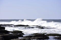 Волны разбивая в бассейны утеса как прилив приходят внутри, Uvongo, Южная Африка стоковые изображения rf
